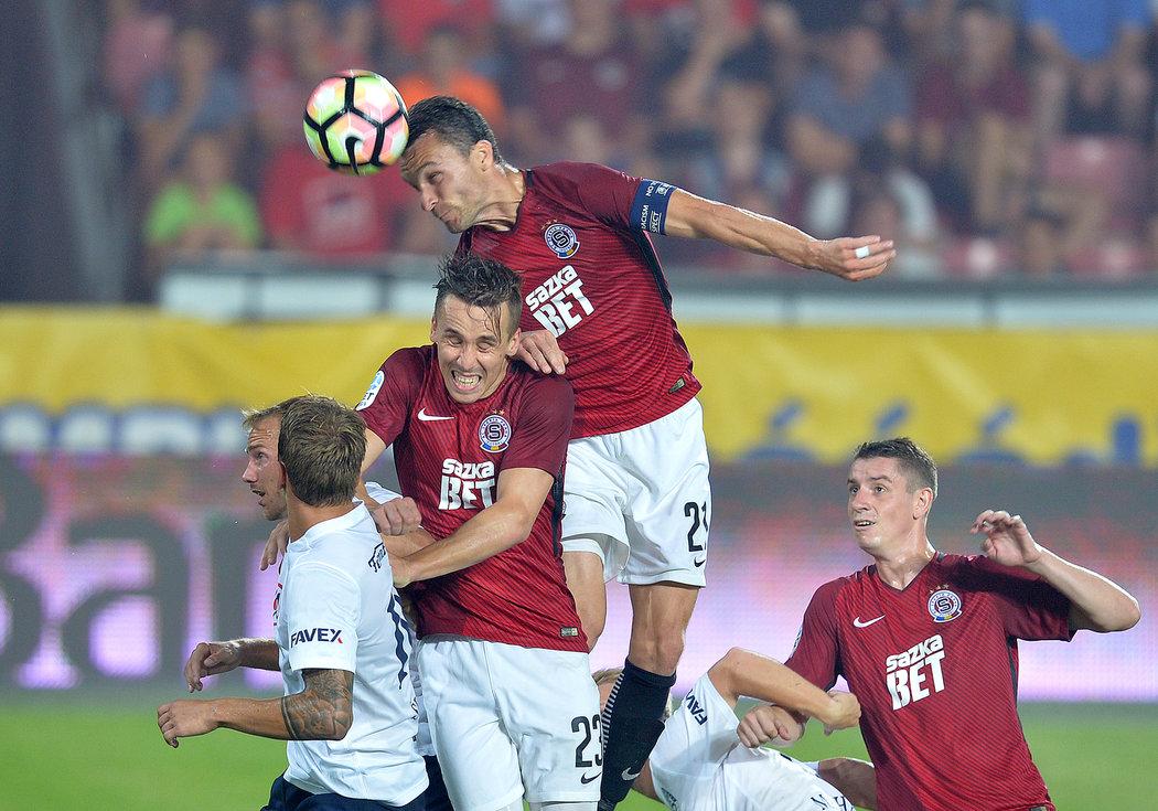 2017. Sparťan David Lafata dává hlavou gól proti Slovácku.