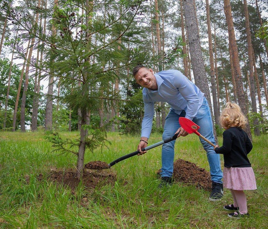 Lukáš Krpálek zasadil strom i se svou dcerkou