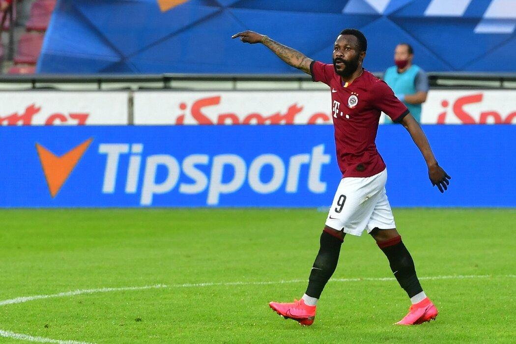 Guélor Kanga vstřelil z penalty vedoucí gól Sparty proti Plzni v semifinále MOL Cupu
