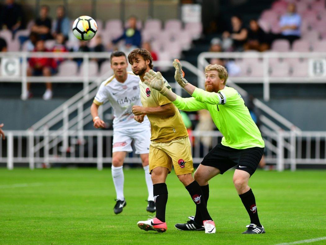 Jakub Voráček se jako kapitán týmu postavil do branky, míč ze vzduchu lapil před kamarádem Michaelem Frolíkem