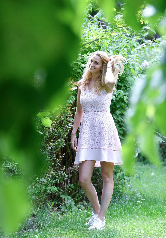 Je po tréninku na kurtech Sparty v pražské Stromovce, ovšem spíš byste Petru Kvitovou tipovali na modelku. Tak jí to v letních šatech sluší.