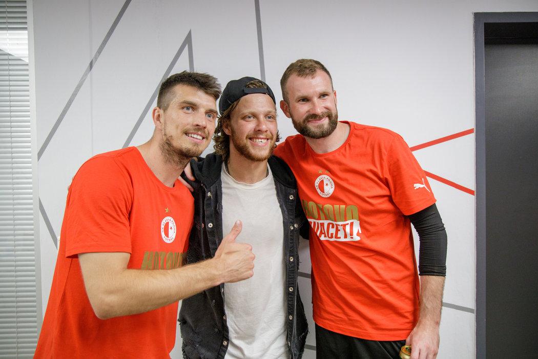 V šatně Slavie byla při oslavách titulu vzácná návštěva - s Ondřejem Kúdelou a Ondřejem Kolářem se vyfotil nejlepší český hokejista David Pastrňák
