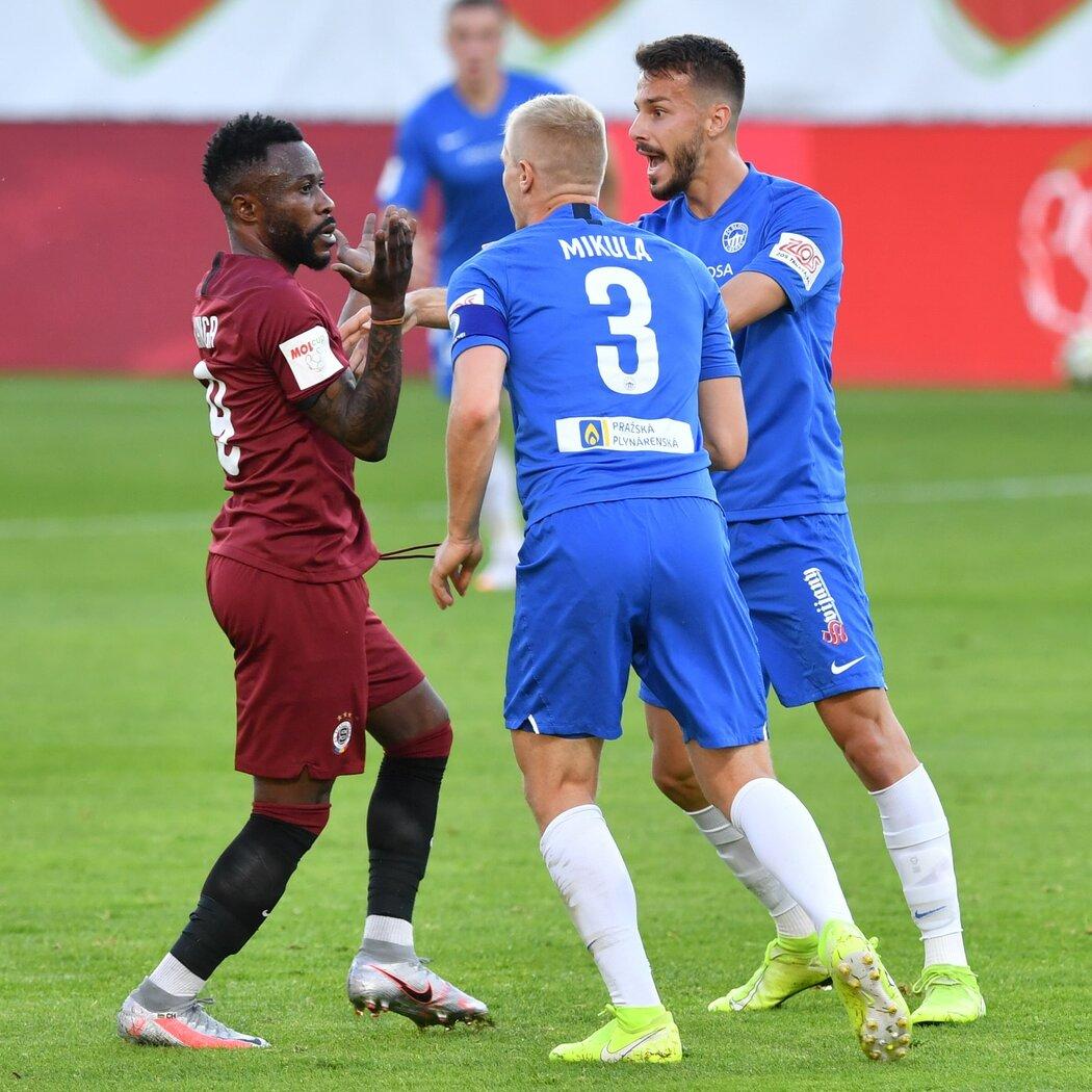Fotbalisté Liberce si vyřizují účty se sparťanem Guélorem Kangou, který po odpískání trefil míčem Ondřeje Karafiáta
