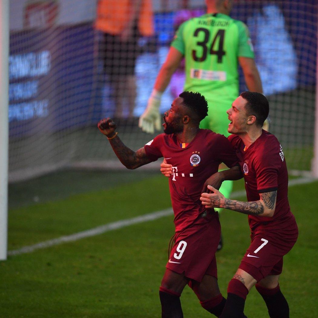 Guélor Kanga oslavuje svou trefu z penalty proti Liberci ve finále poháru, kterou poslal Spartu do vedení 2:1