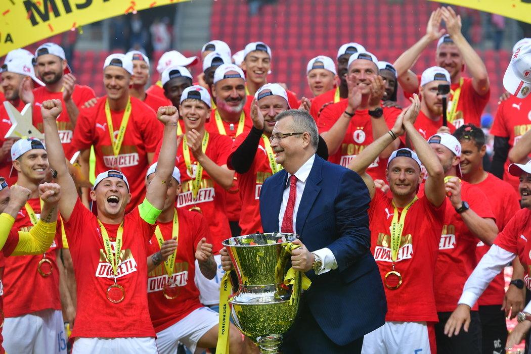 Jaroslav Tvrdík si užil euforii s pohárem, ale Slavii zřejmě čekají skromnější časy