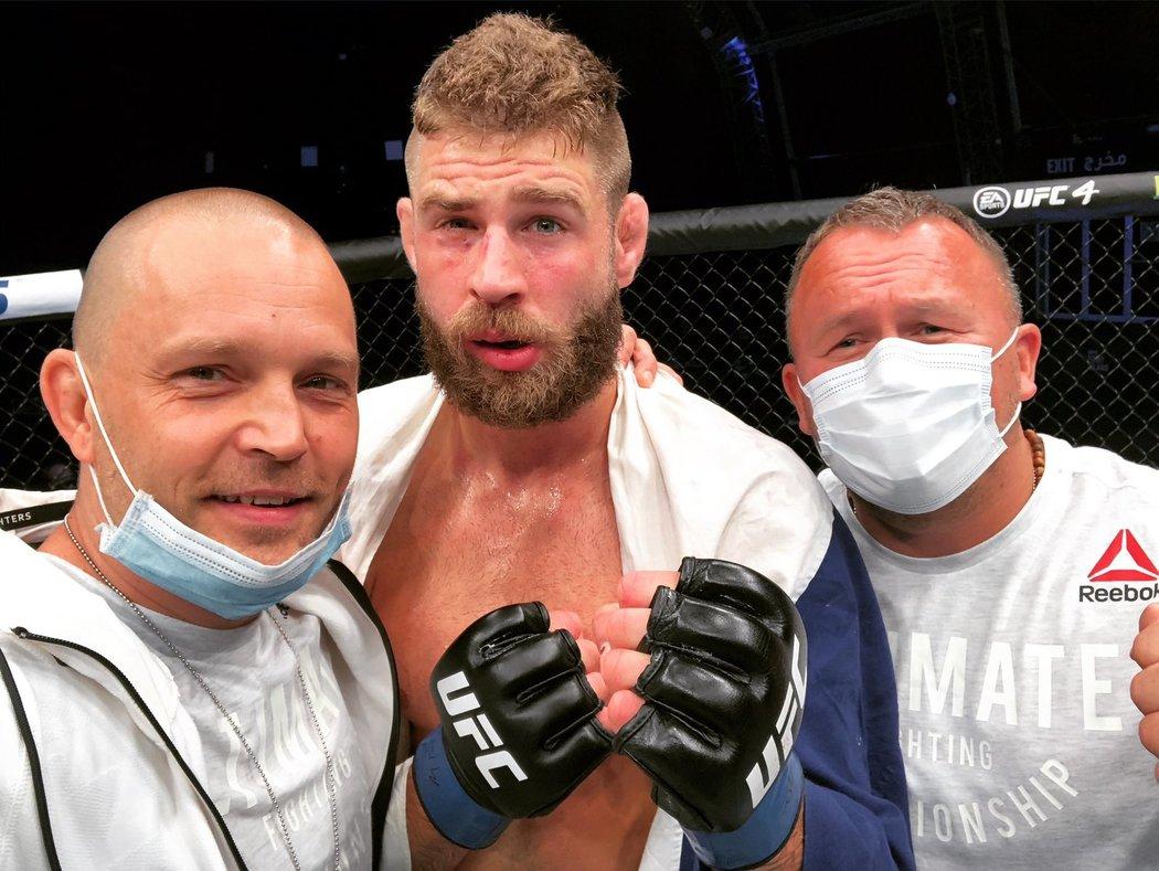Český bijec Jiří Procházka se svým realizačním týmem po premiérové výhře v UFC