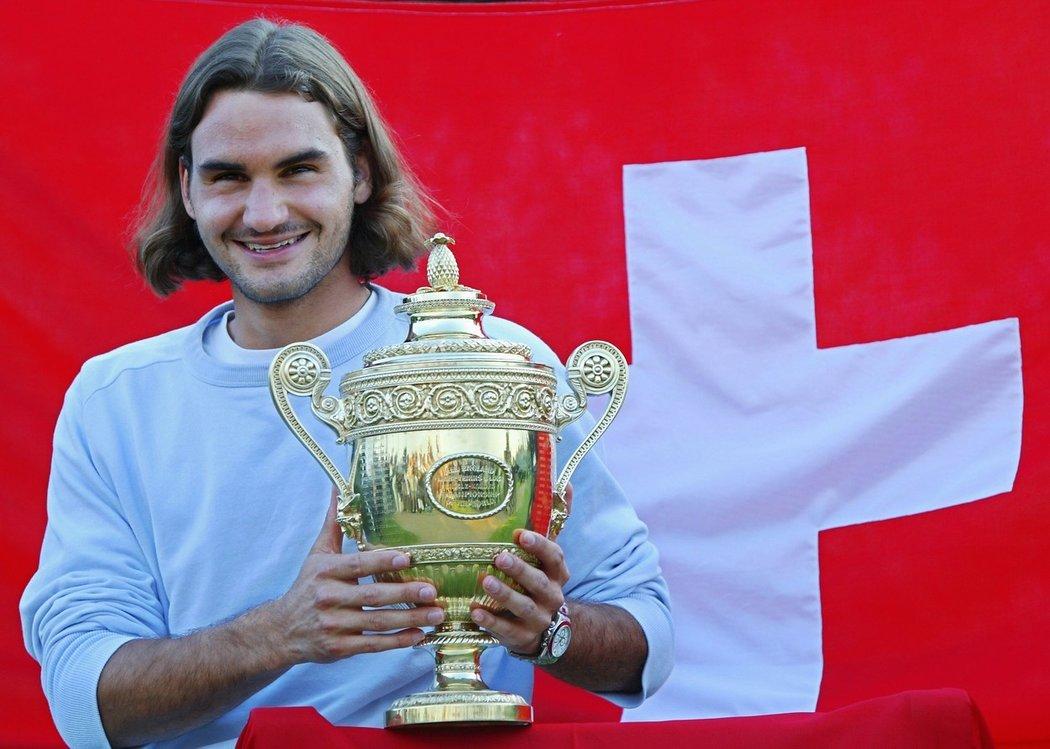 2003 - Roger Federer se svým prvním titulem z Wimbledonu