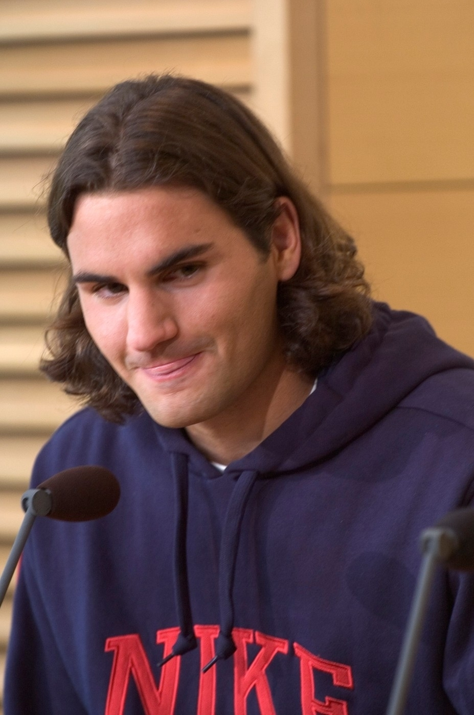 2004 - vlasáč Roger Federer na tiskové konferenci jako favorit French Open