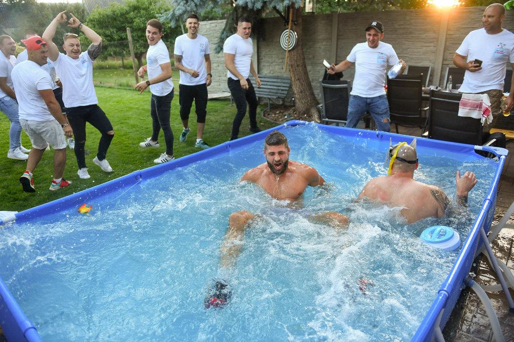 Přátelé dali vítěznému Procházkovi hobla s hozením do bazénu.