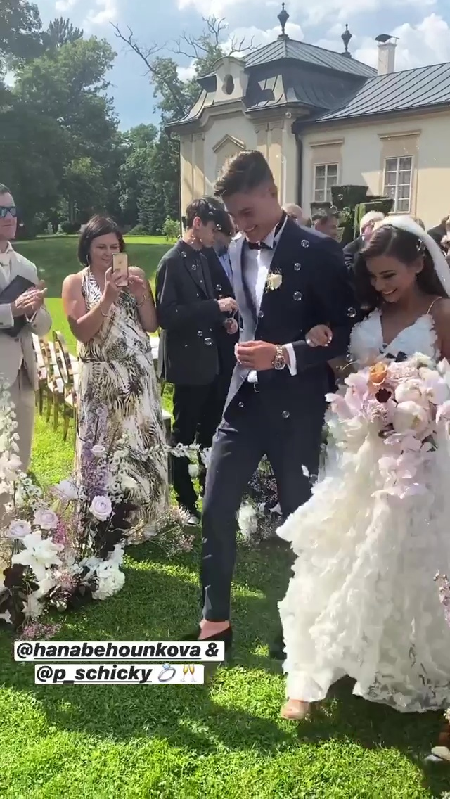 Fotbalový snajpr Patrik Schick se svojí nádhernou Hany pár vteřin poté, co se z nich stali manželé