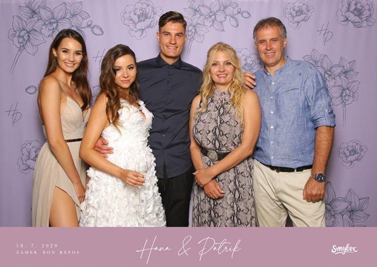 Rodinka Schickových v komnpletu. Důkaz, že je Hanička těhotná?