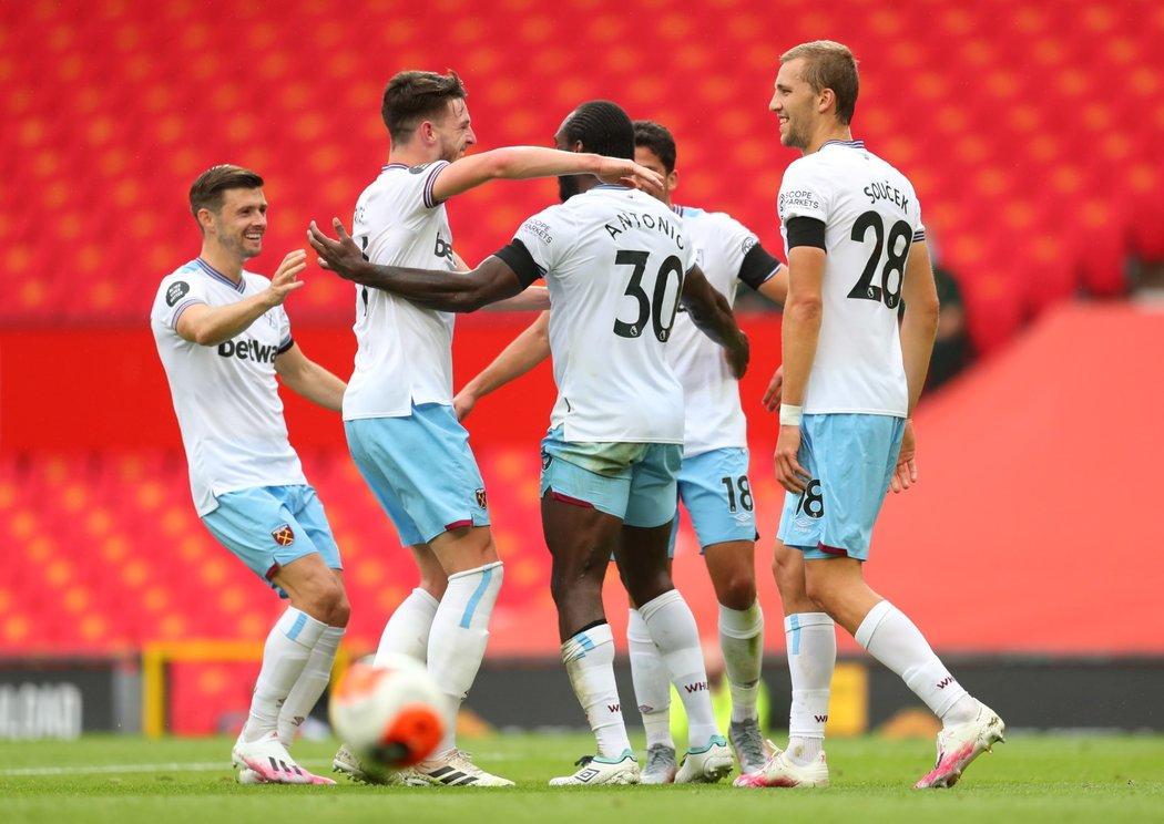 Tomáš Souček (28) oslavuje se spoluhráči z West Hamu gól Michaila Antonia proti Manchesteru United
