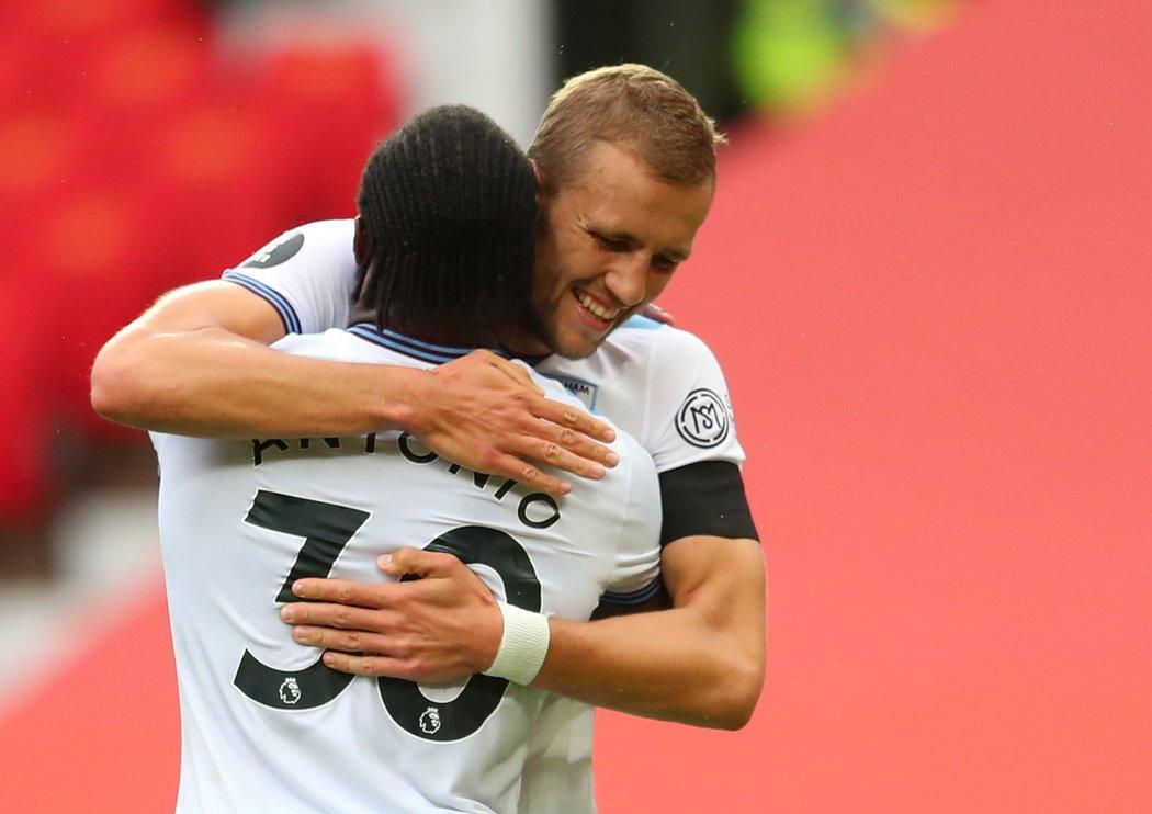 Tomáš Souček se raduje se spoluhráčem Michailem Antoniem, který proměnil pokutový kop v duelu s Manchesterem United