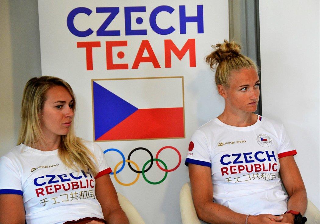 Lenka Antošová (vpravo) a Kristýna Fleissnerová, posádka českého dvojskifu, na tiskové konferenci ČOV rok před začátkem odložených OH v Tokiu.