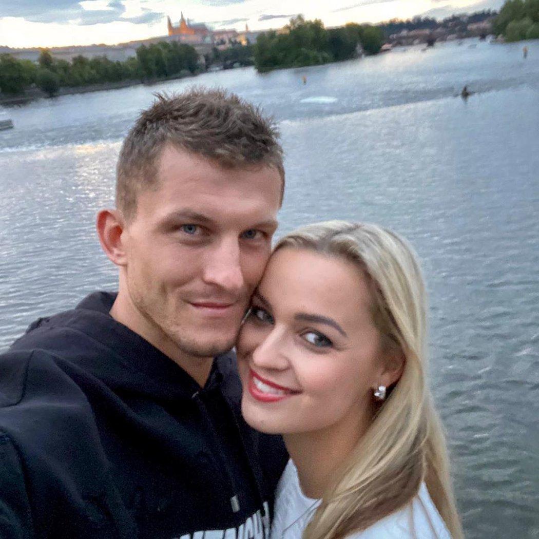 Fotbalový útočník Tomáš Necid s manželkou Klárou