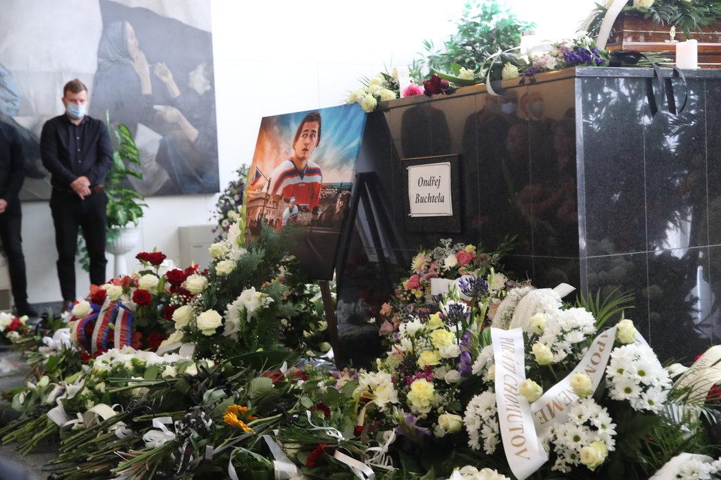 Pietní místo s obrazem Ondřeje Buchtely v reprezentačním dresu v obložení věnců a květin