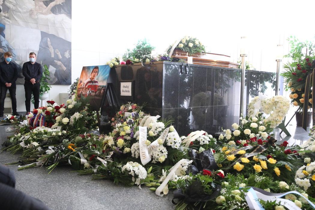 Pietní místo v obložení věnců a květin