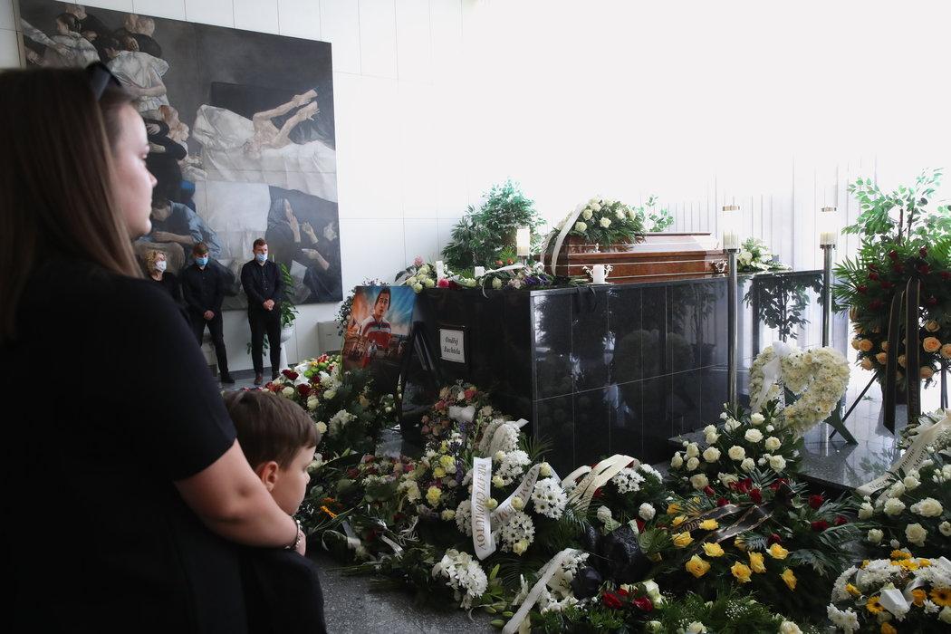 Katafalk v obležení vzpomínkových květin a věnců