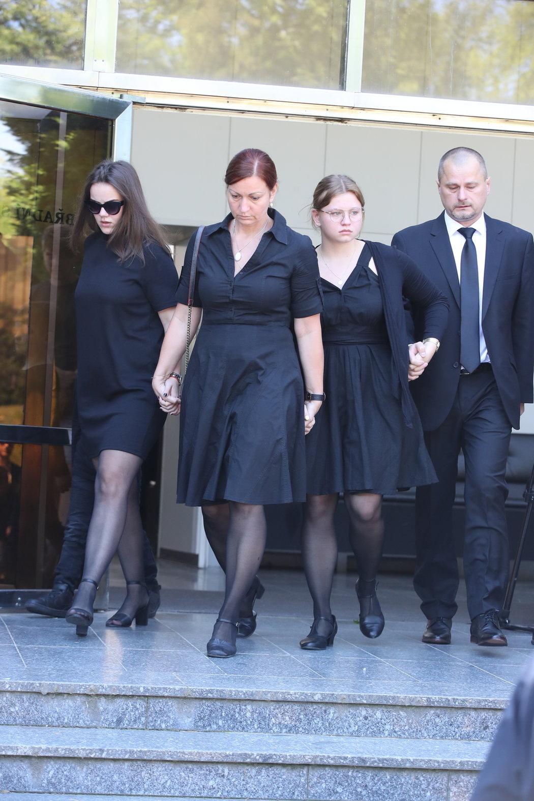 Přítelkyně Anička i s rodinou opustila smuteční síň symbolicky ruku v ruce