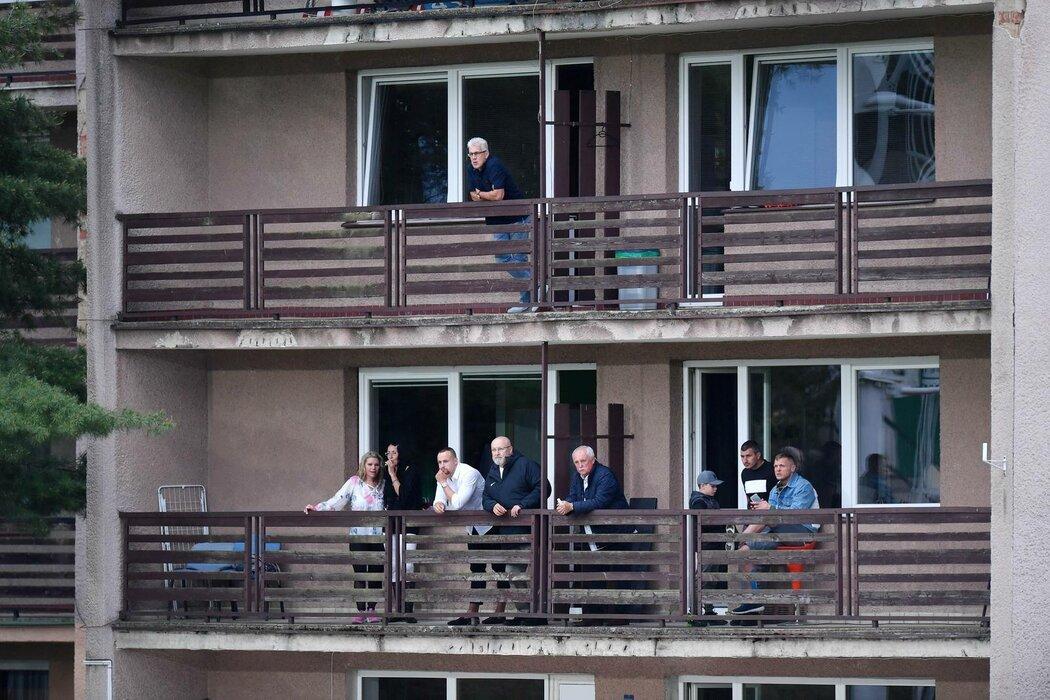 Jaroslav Starka a spol. sledují utkání Příbrami z balkonu