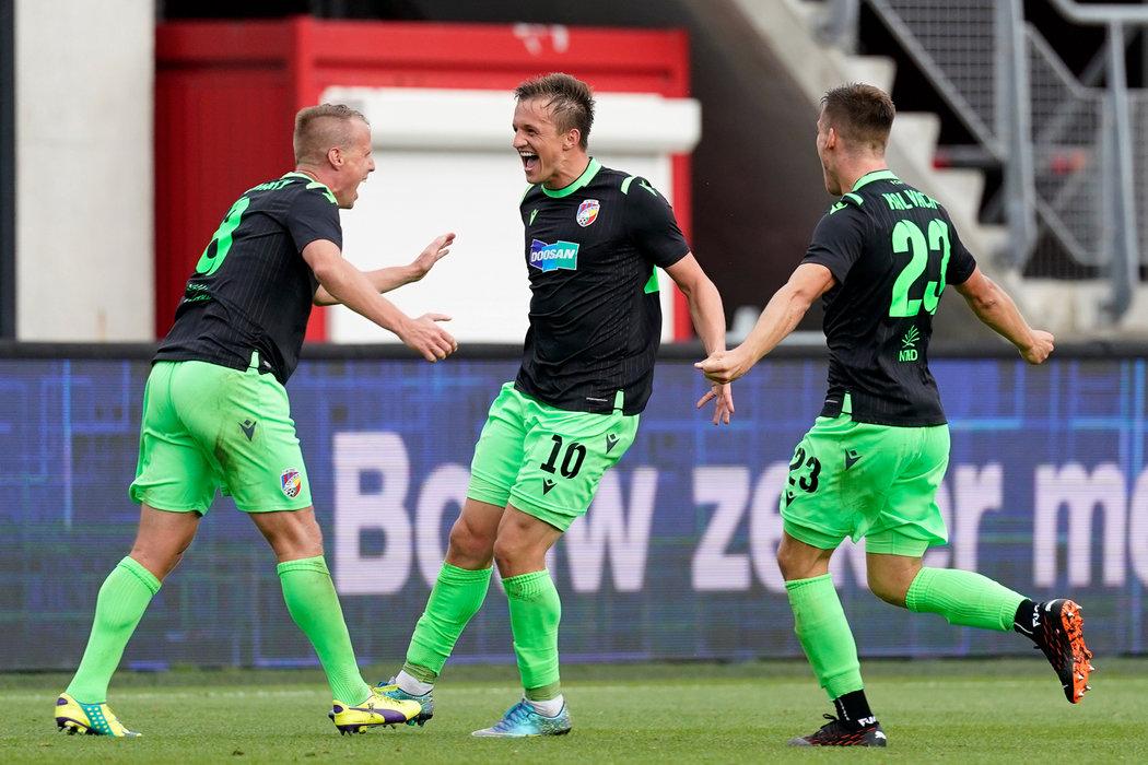 Radost plzeňských fotbalistů po vedoucí brance Davida Limberského do sítě Alkmaaru ve 2. předkole Ligy mistrů