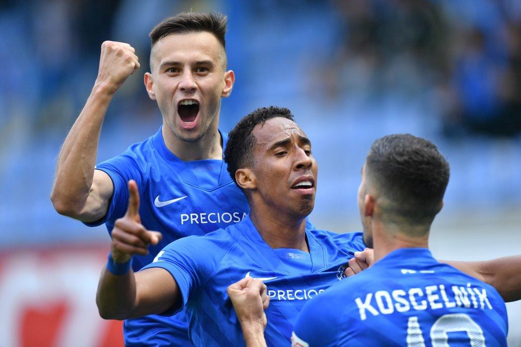 Radost hráčů Liberce po gólu Jhona Mosquery (uprostřed) proti Plzni