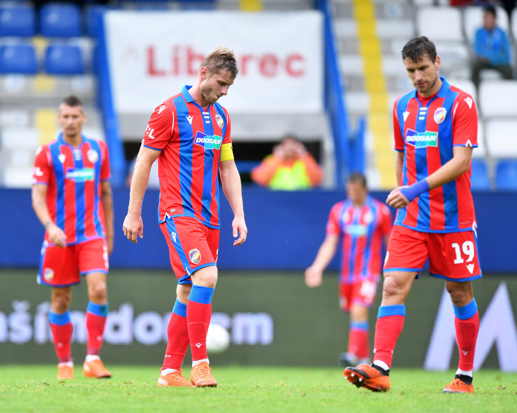Zklamaní hráči Plzně po výprasku v Liberci