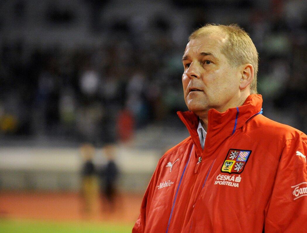 Trenér Petr Rada při utkání české fotbalové reprezentace v Maroku