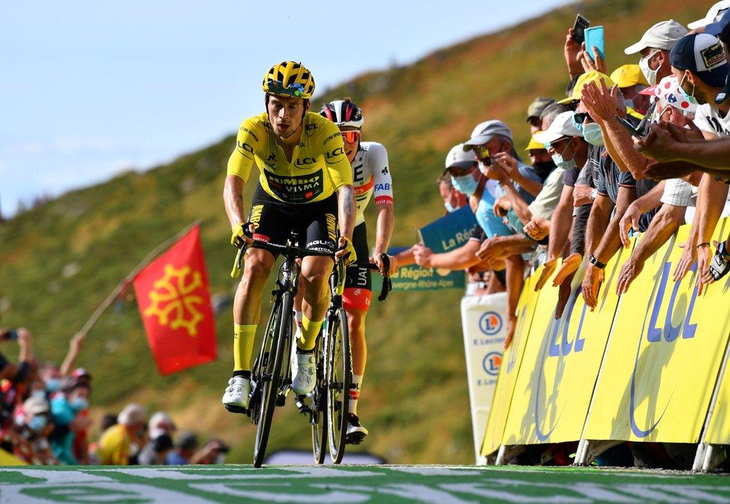 Lídr Tour de France Primož Roglič si v drsné 13. etapě závodu upevnil vedení