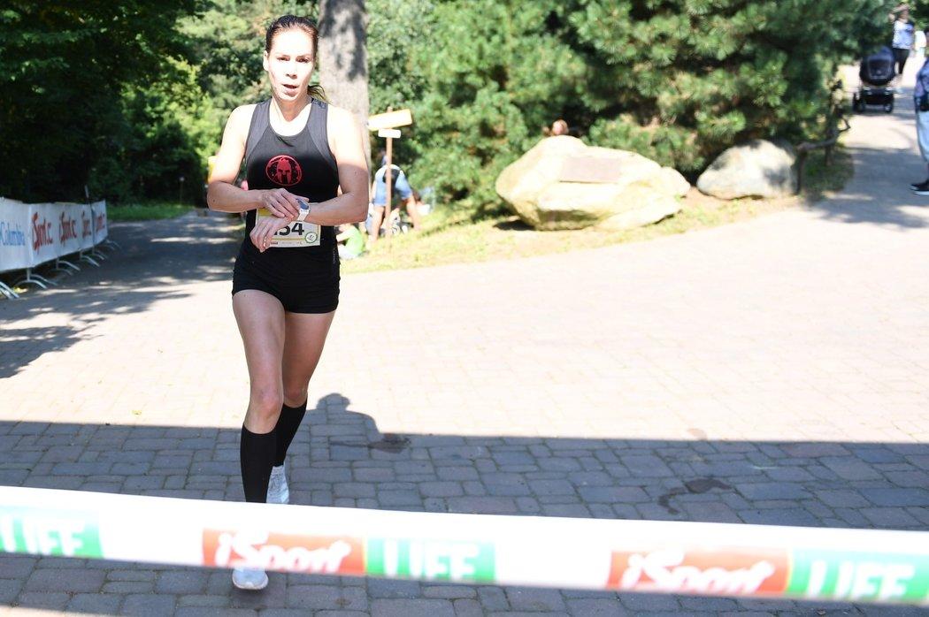 Vítězka ženského iSport LIFE Columbia závodu v Brně Lenka Butorová míří do cíle...