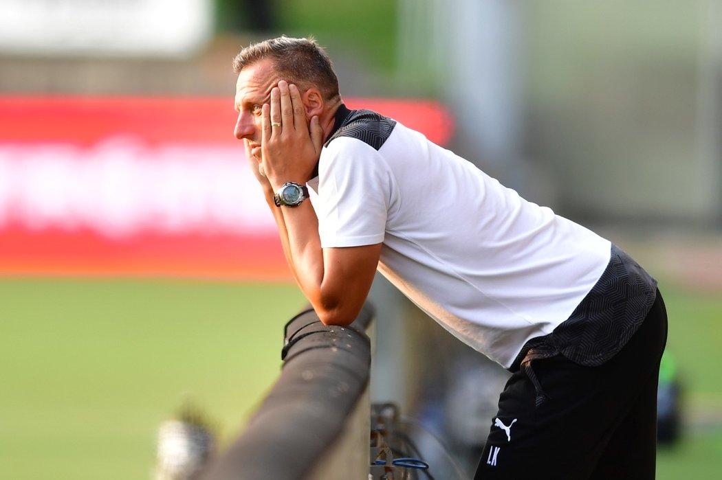 Kouč Baníku Luboš Kozel nevěřícně kouká na dění na trávníku při zápase v Jablonci