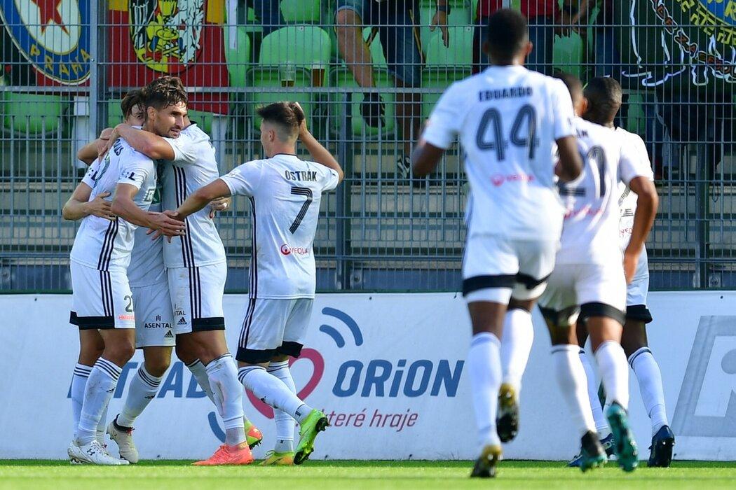 Karvinští oslavují gól Michala Papadopulose proti Spartě