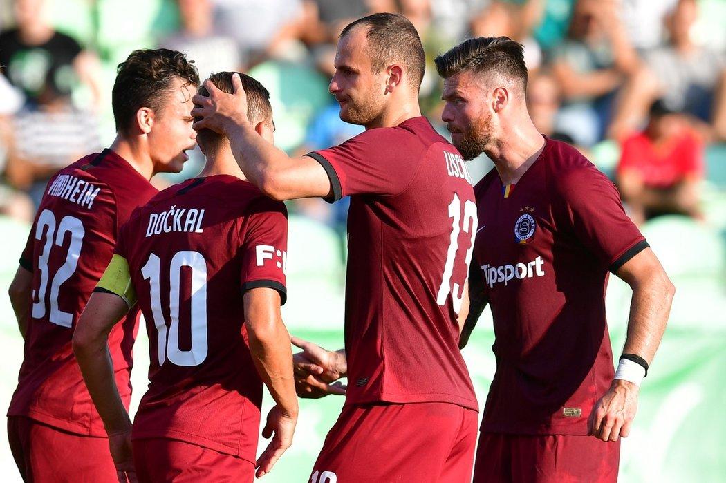 Fotbalisté Sparty oslavují proměněnou penaltu Bořka Dočkala (10) proti Karviné