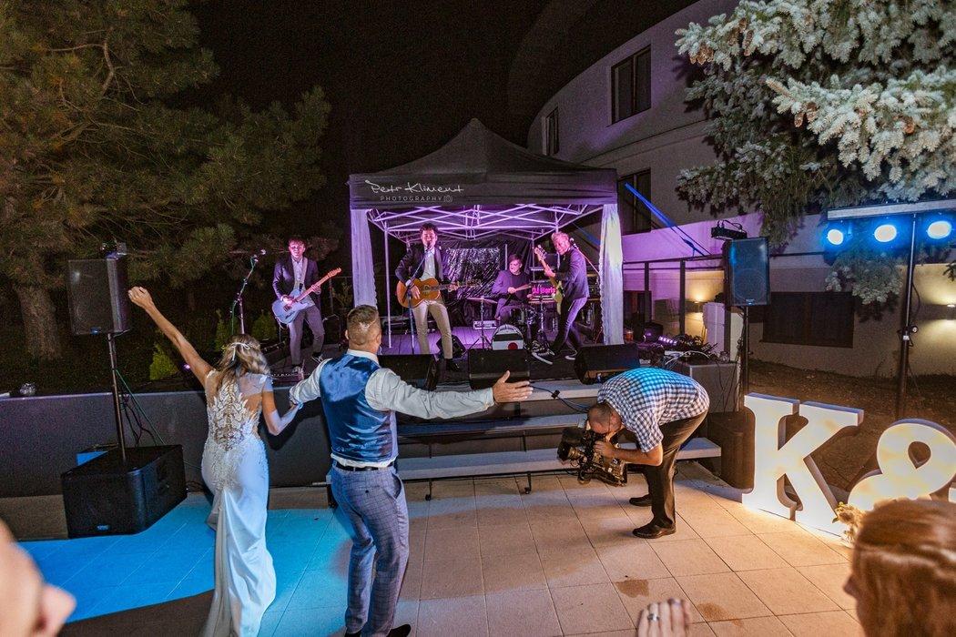 Petr Švancara s manželkou Kamilou ve víru tance, na svatbě jim hrála kapela Mirai