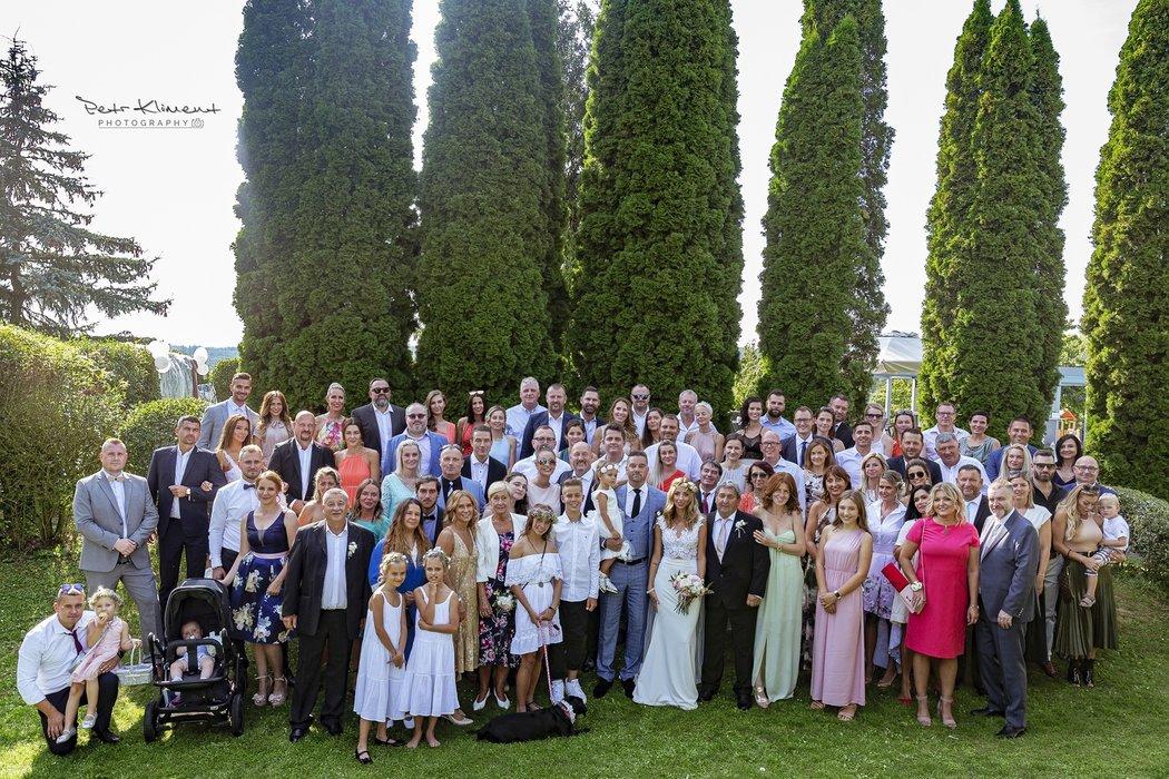 Skupinová fotografie všech hostů, kteří dorazili na svatbu manželů Švancarových