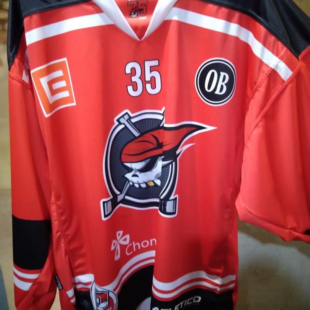 Dres hokejového Chomutova se vzpomínkou na Ondřeje Buchtelu, který podlehl rakovině