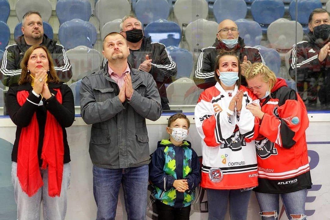 Rodina Ondřeje Buchtely se zúčastnila dojemného ceremoniálu na ledové ploše hokejového Chomutova, za nějž dal jejich milovaný Ondra svůj první a jediný extraligový gól