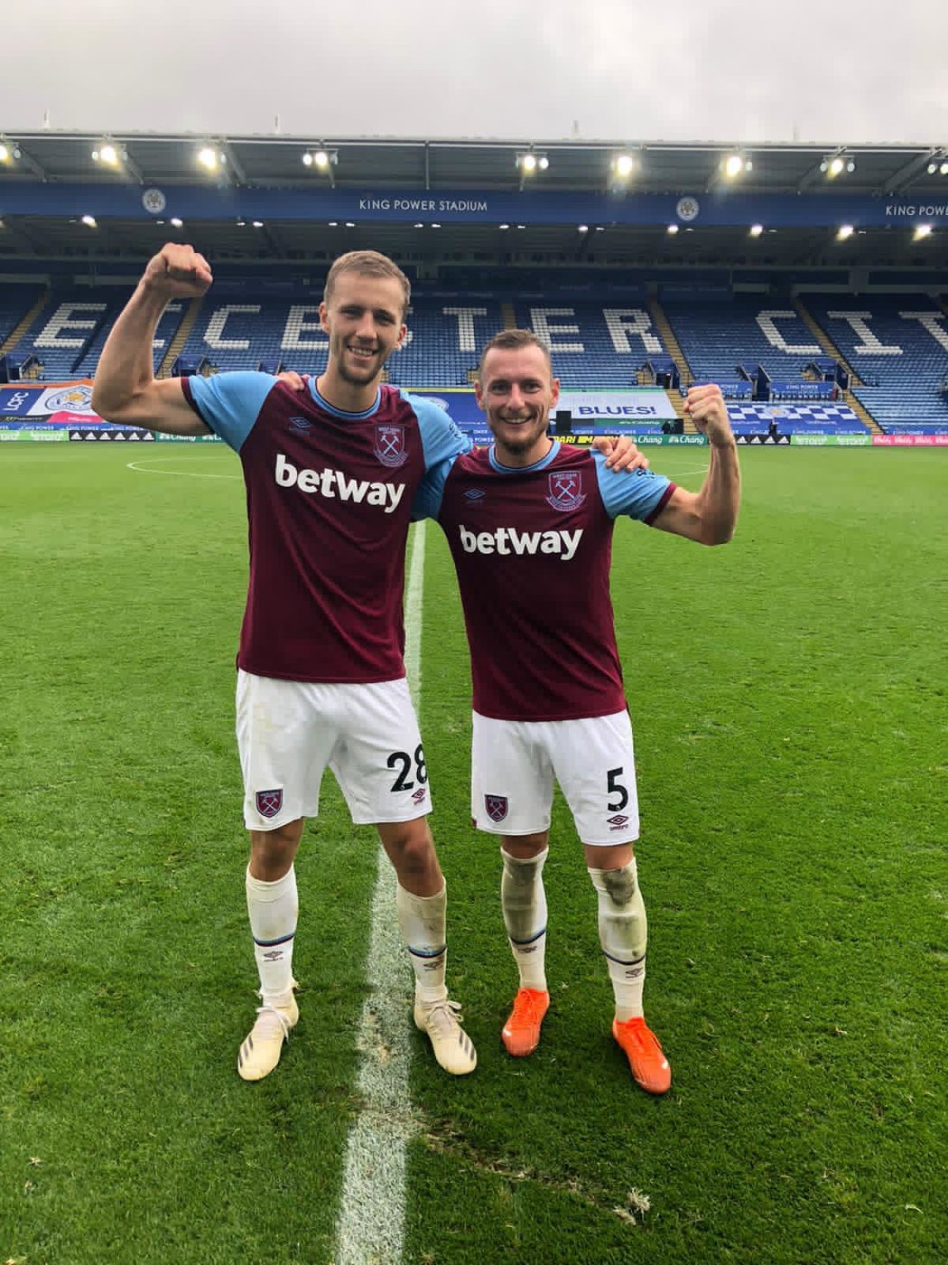 Čeští fotbalisté Tomáš Souček (vlevo) a Vladimír Coufal při svém prvním společném zápase v dresu West Ham United