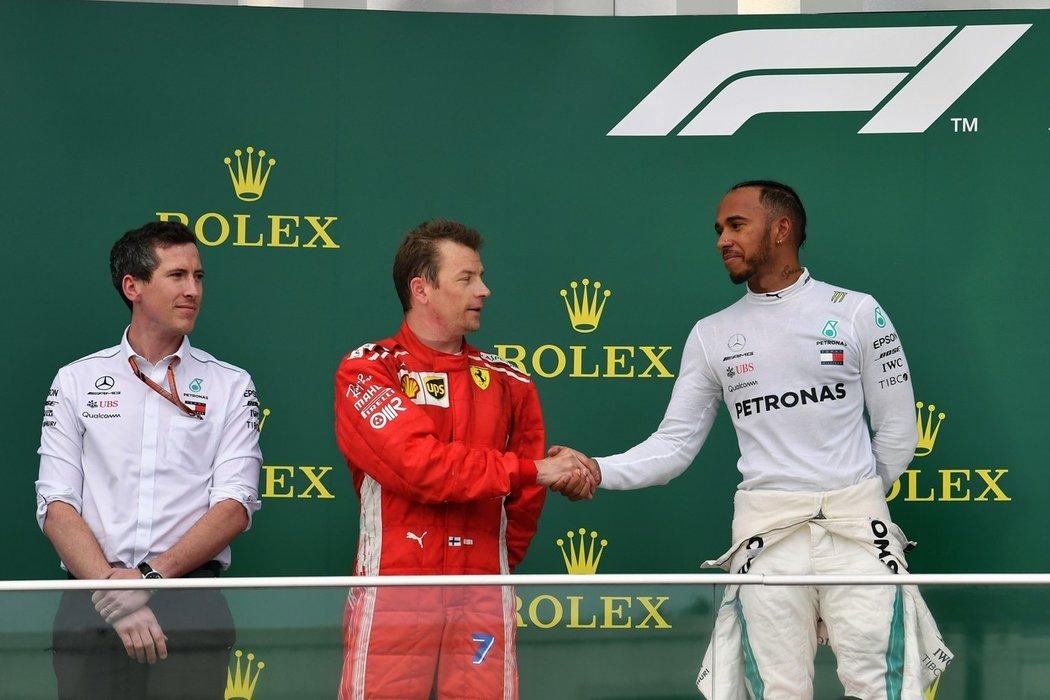 Kimi Räikkönen a Lewis Hamilton na stupních vítězů