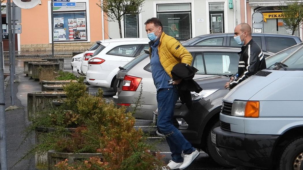 Roman Berbr v péči policejní eskorty. Vezli ho 196 kilometrů z Ústí do banky v Přešticích.