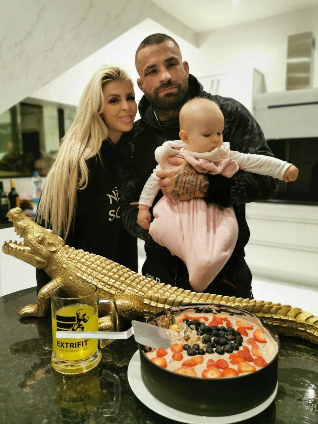 Vítězství na turnaji Oktagon 17 hned oslavil Karlos Vémola s partnerku Lelou Ceterovou a dcerkou Lili.