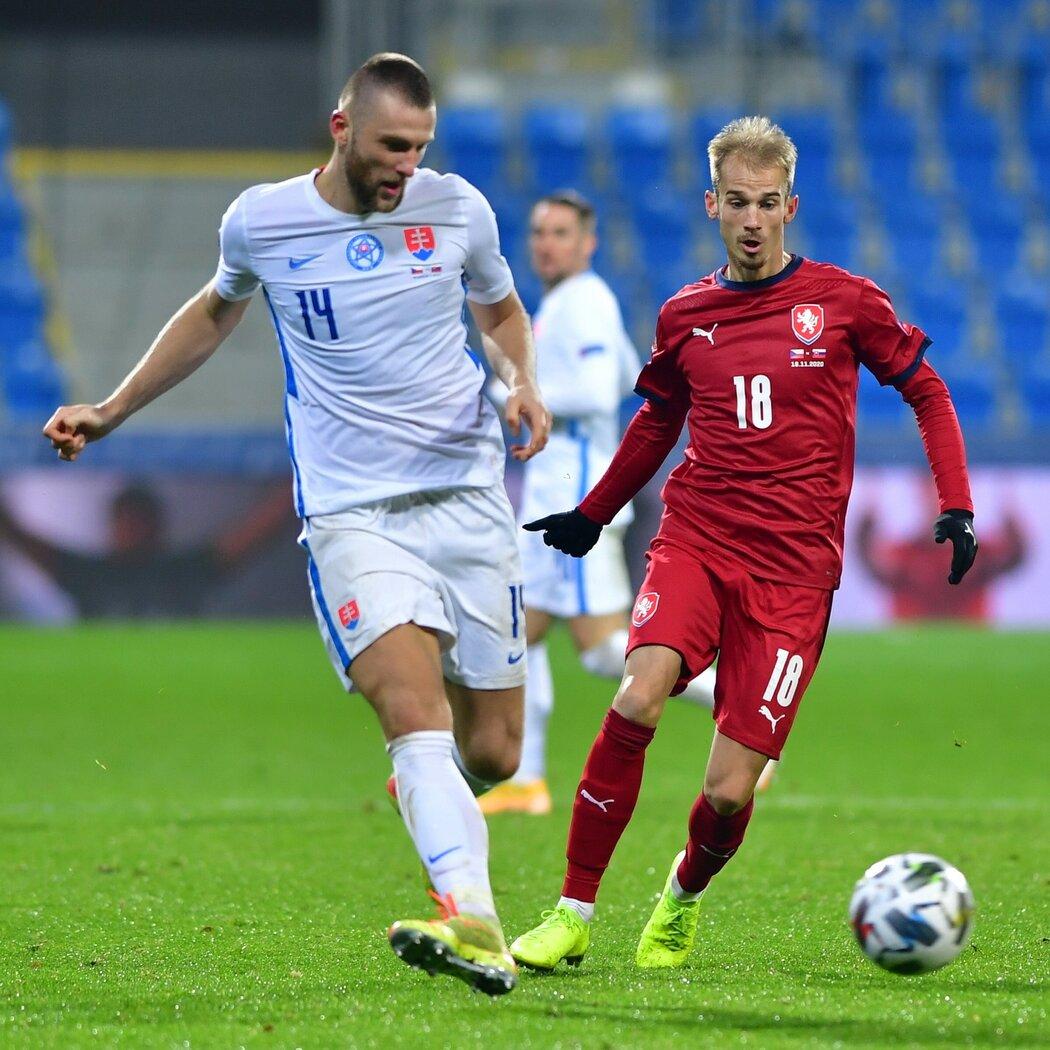 Milan Škriniar odehrává míč před dotírajícím Václavem Černým