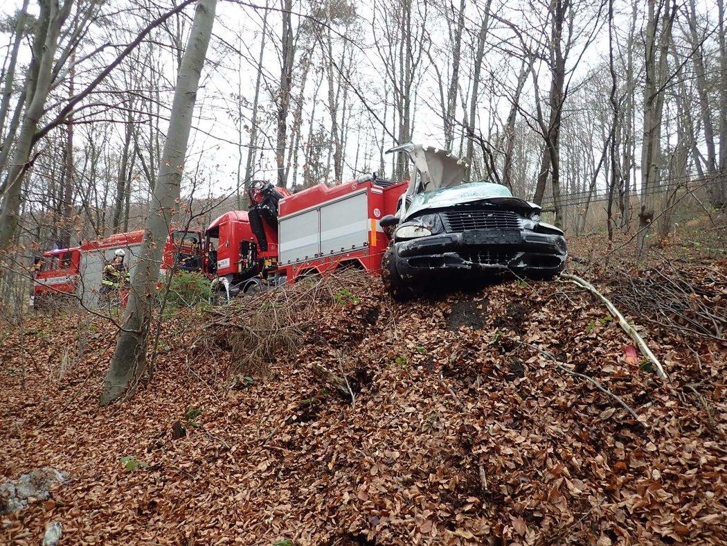 Tragická nehoda na Vsetínsku. Poničený vůz patřil hokejistovi Michalu Šafaříkovi