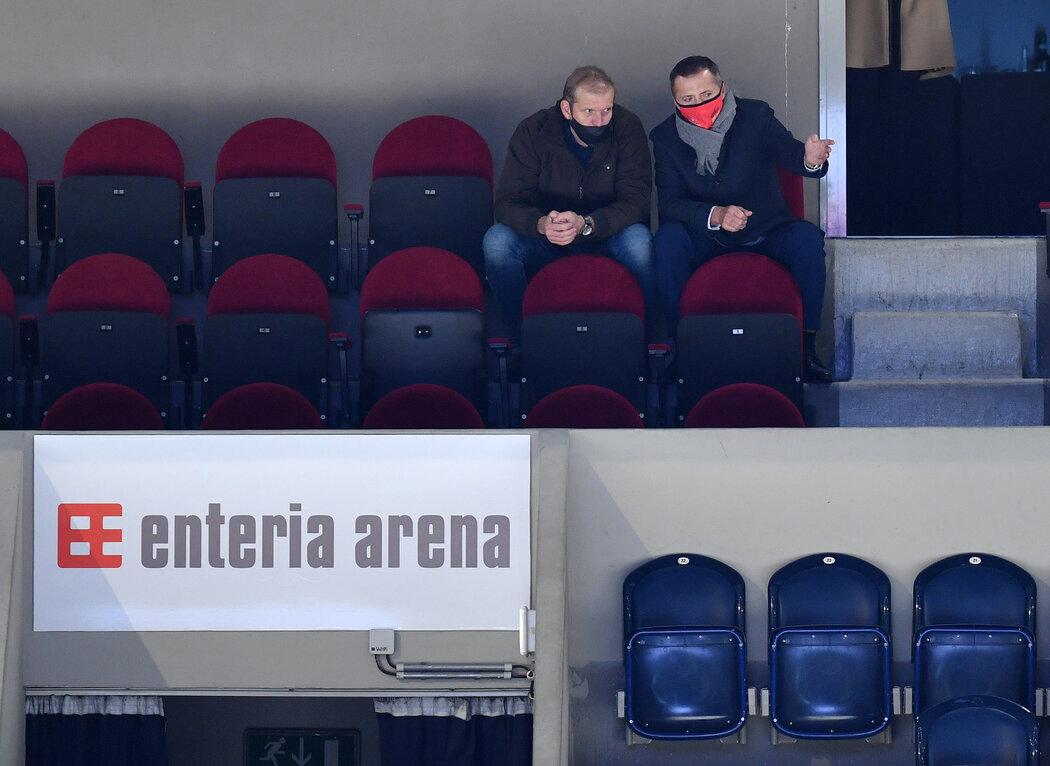 Sportovní ředitel Dušan Salfický a majitel Petr Dědek sledují pardubický výkon v derby
