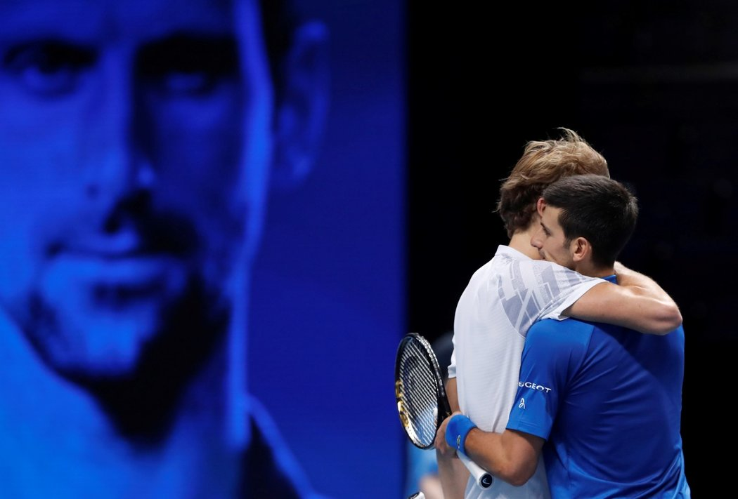 Světová tenisová jednička Novak Djokovič ze Srbska zdolal na Turnaji mistrů Němce Alexandera Zvereva 6:3, 7:6 a postoupil do semifinále