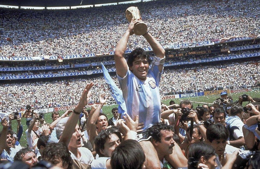 Nejslavnější moment v kariéře Diega Maradony, drží trofej pro mistry světa 1986