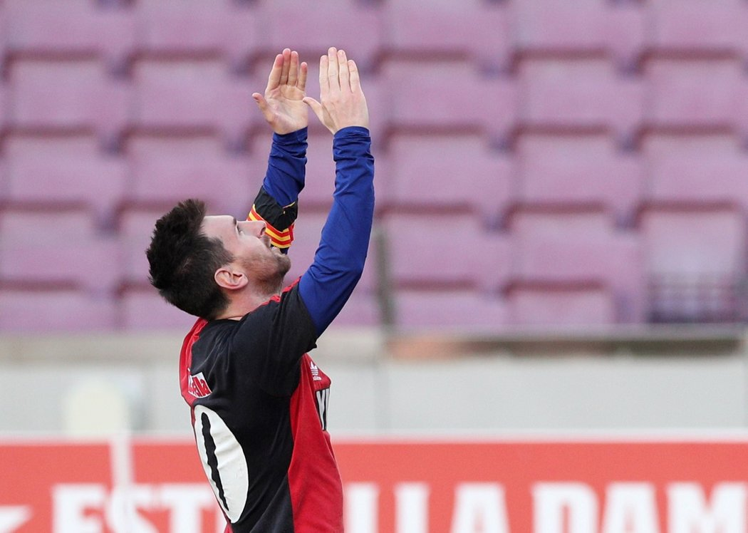 Lionel Messi věnoval svůj gól proti Osasuně zesnulému Diegu Maradonovi. Branku oslavil v dresu Newell's Old Boys, za který oba nastupovali