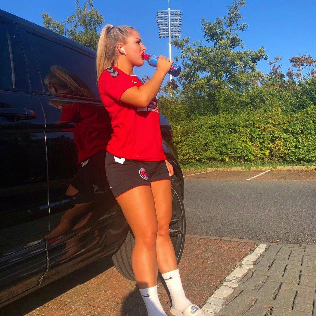 Fotbalistka Madelene Wrightová dostala padáka za nevhodné chování a videa.