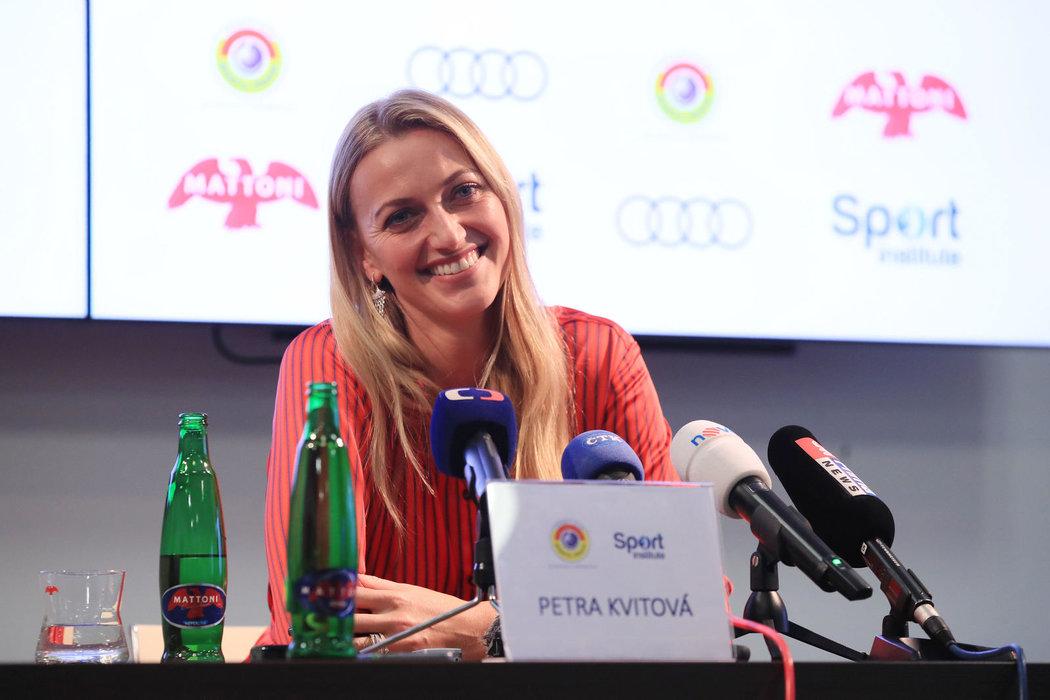 Usměvavá Petra Kvitová na posezení s novináři