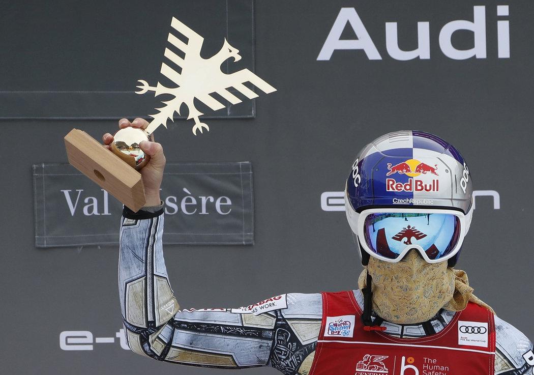 Ester Ledecká s trofejí pro vítězku superobřího slalomu ve francouzském Val d'Isere